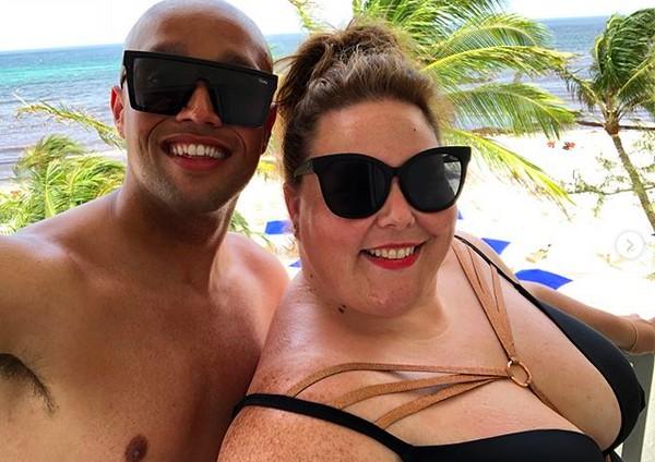 A atriz Chrissy Metz em foto de suas férias na companhia de um amigo (Foto: Instagram)