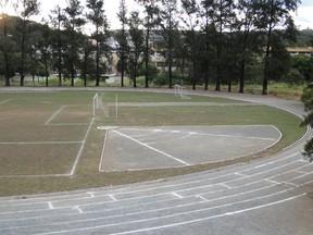 Área do colégio reservada para a prática de esportes.  (Foto: Raquel Freitas/G1)
