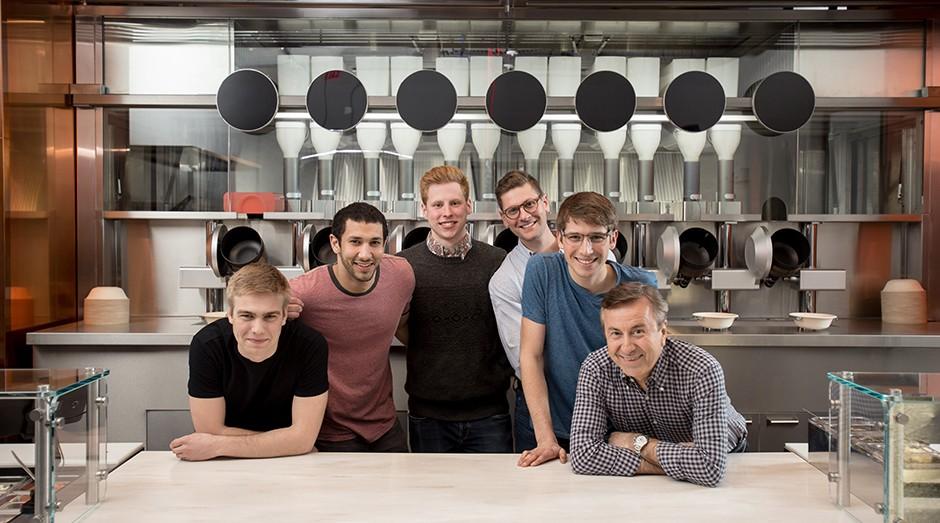 Os quatro fundadores da Spyce e os dois chefes que os ajudaram na criação dos pratos. (Foto: Divulgação)