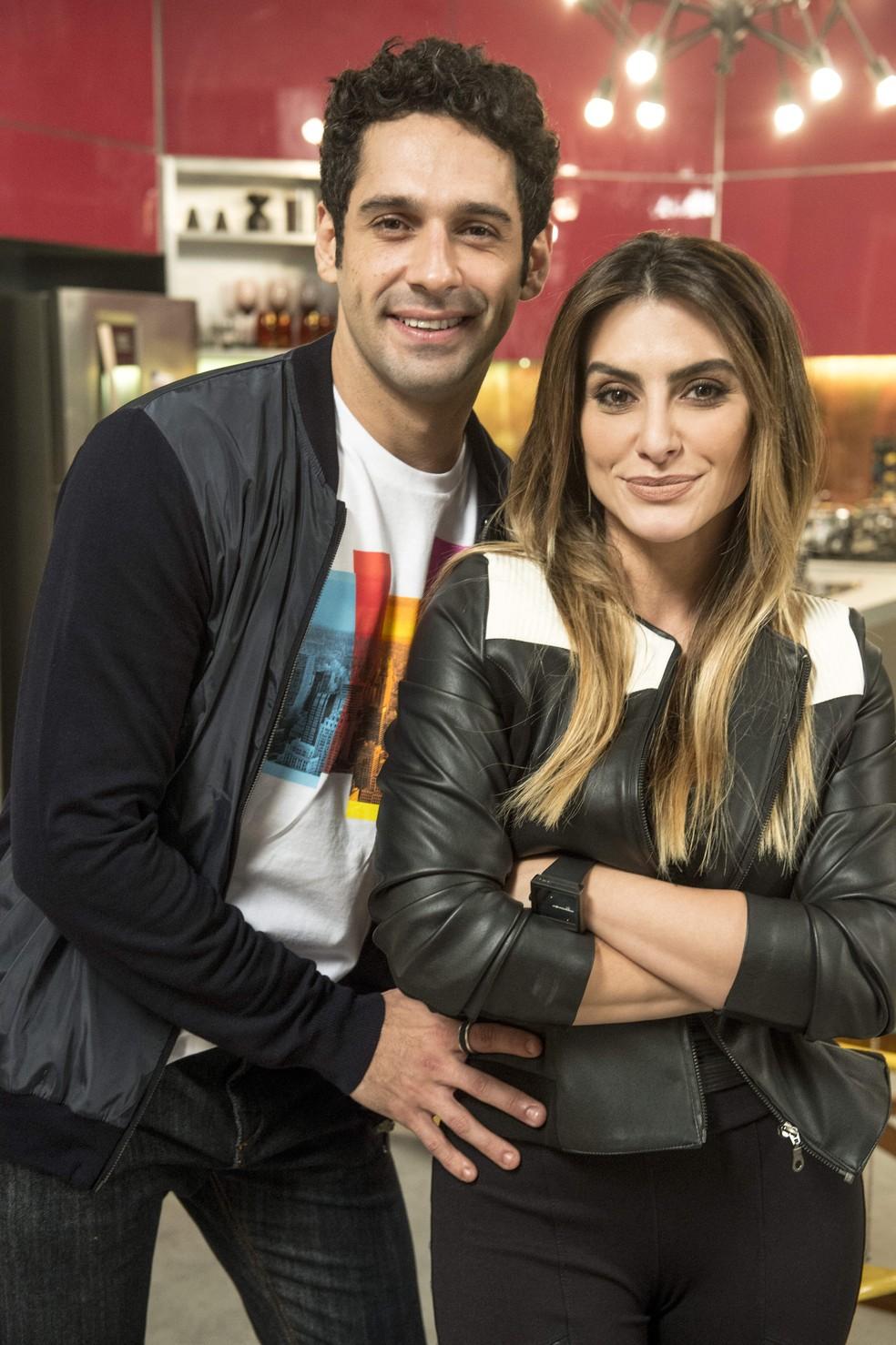 Beto Velázquez (João Baldasserini) e Tamara (Cleo) são irmãos em 'Haja Coração' — Foto: Globo/Renato Rocha Miranda