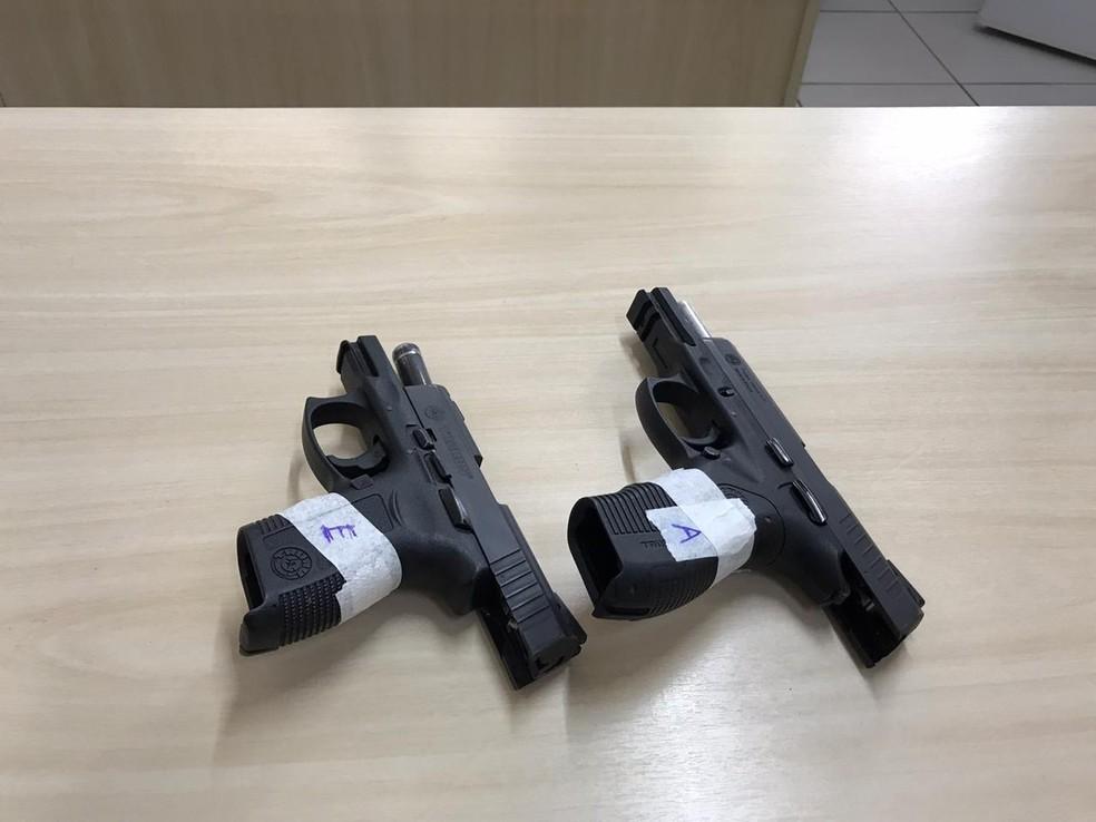 Armas apreendidas em casa de condomínio de luxo onde homem foi baleado, na Grande Natal. — Foto: Ayrton Freire/Inter TV Cabugi