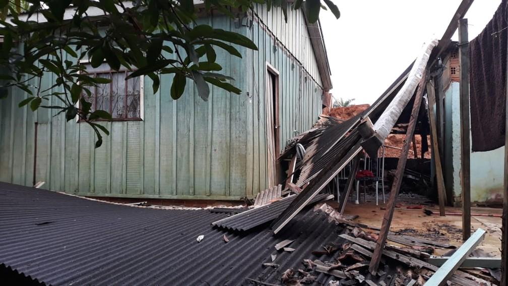 Casa é atingida por muro de contenção em Ariquemes — Foto: William Andrade/Rede Amazônica