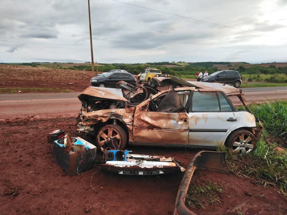 Carro capotou várias vezes após batida lateral durante uma ultrapassagem, na PR-454, em Astorga — Foto: PRE-PR/Divulgação