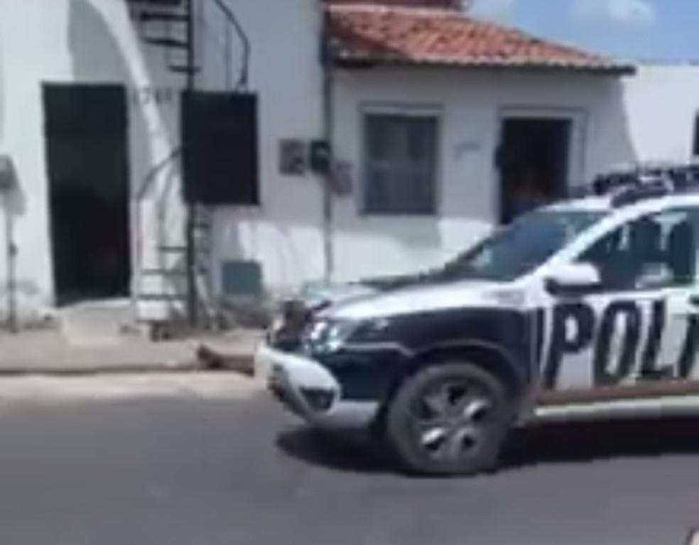 Policiais chegaram segundos após o crime, mas não conseguiu efetuar a prisão dos autores do crime (Foto: Reprodução)