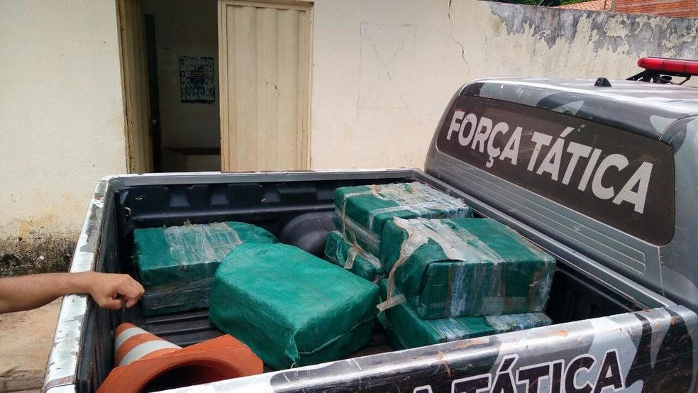 Foram apreendidos seis fardos grandes contendo tabletes do entorpecente (Foto: Divulgação / PM)