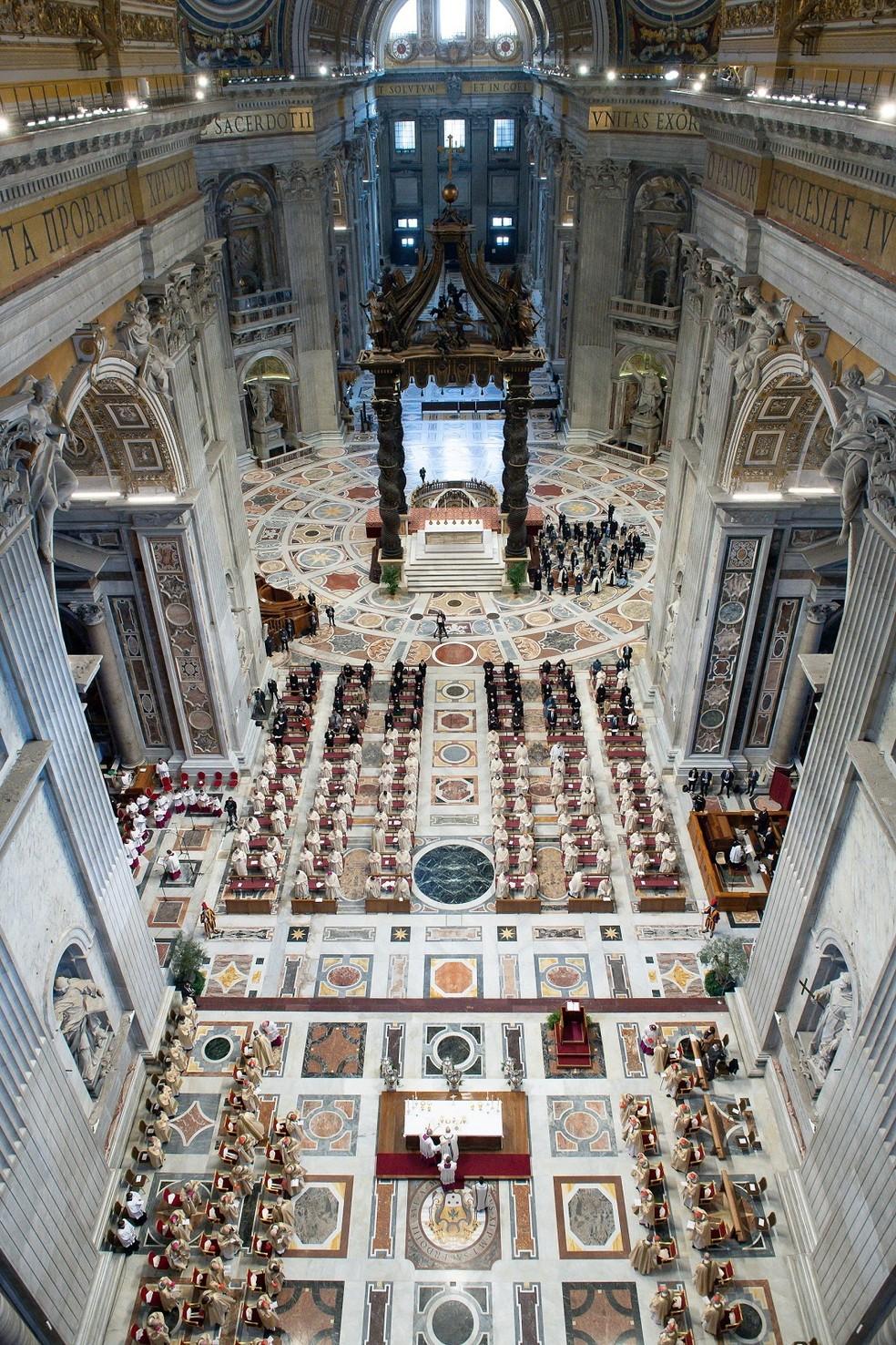 Imagem interior da Basílica de São Pedro, em 1º de abril, durante a celebração da Semana Santa no Vaticano — Foto: Vatican Media/Reuters