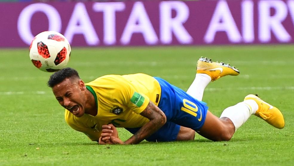 Reações de Neymar após faltas viraram alvo de críticas (Foto: REUTERS/Dylan Martinez)