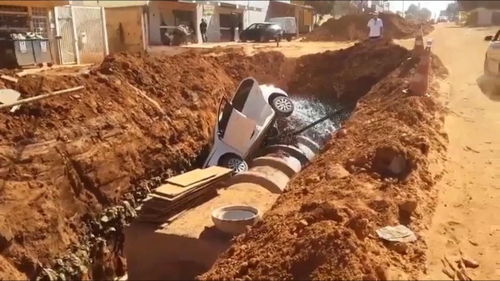 Carro é lançado em cratera aberta em Vicente Pires, no DF — Foto: Reprodução