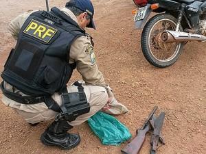 PRF encontrou espingarda desmontada com motoqueiro (Fot Divulgação / PRF)