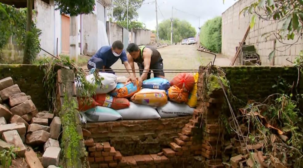 Casas correm risco de queda após chuvas em Paraisópolis (MG) — Foto: Reprodução/EPTV