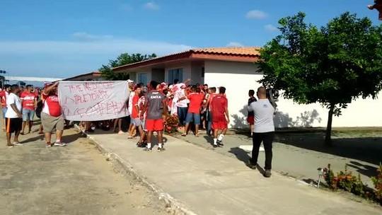 Torcida do CRB faz protesto no CT e agride o volante Feijão e mais dois jogadores; vídeo