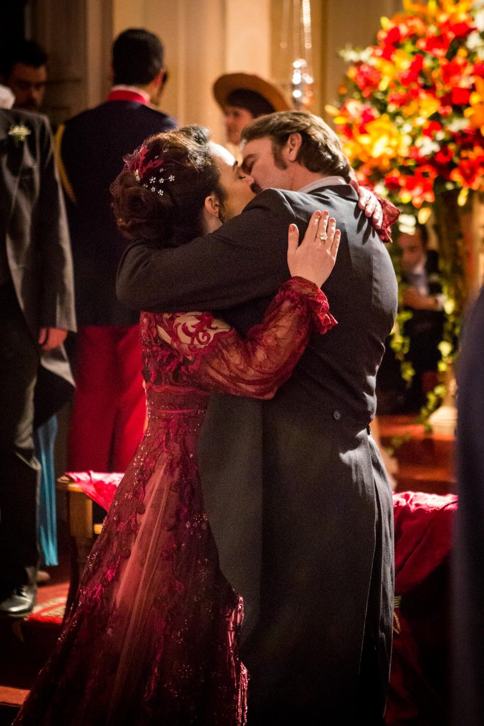 O beijo que resume uma linda história de amor  — Foto: Fabiano Battaglin/Gshow