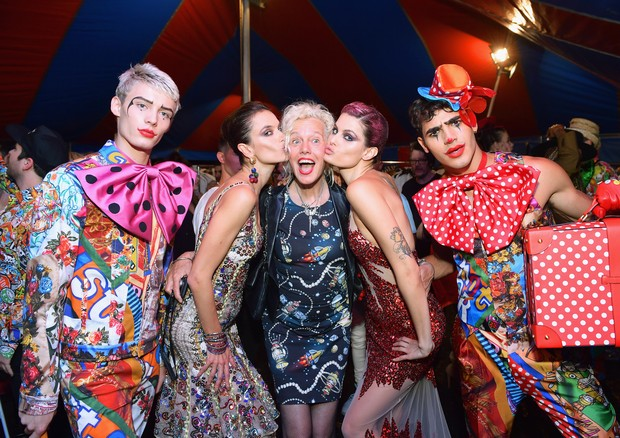 BURBANK, CA - JUNE 08:  Ellen von Unwerth (C) poses with models during the Moschino Spring/Summer 19 Menswear and Women's Resort Collection at Los Angeles Equestrian Center on June 8, 2018 in Burbank, California.  (Photo by Matt Winkelmeyer/Getty Images f (Foto: Getty Images for Moschino)