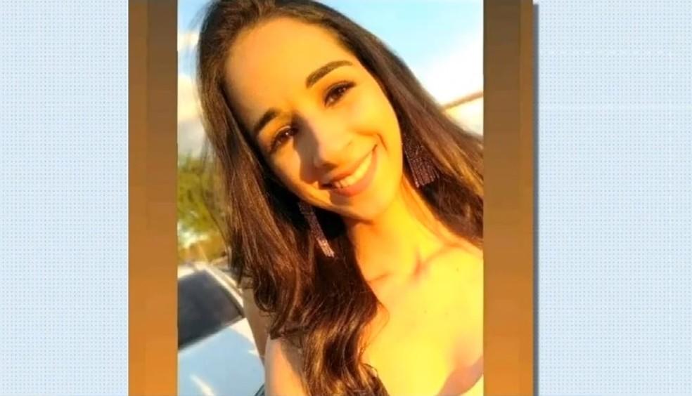 Jéssica Lopes estava na moto com o namorado quando foi atropelada — Foto: TV Verdes Mares/Reprodução