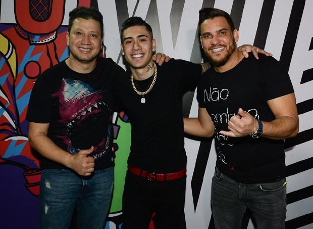 Kevinho com a dupla Cleber e Cauan (Foto: Francisco Cepeda/AgNews)