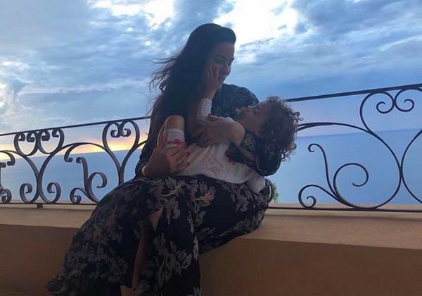 A atriz Liv Tyler com um de seus filhos (Foto: Instagram)