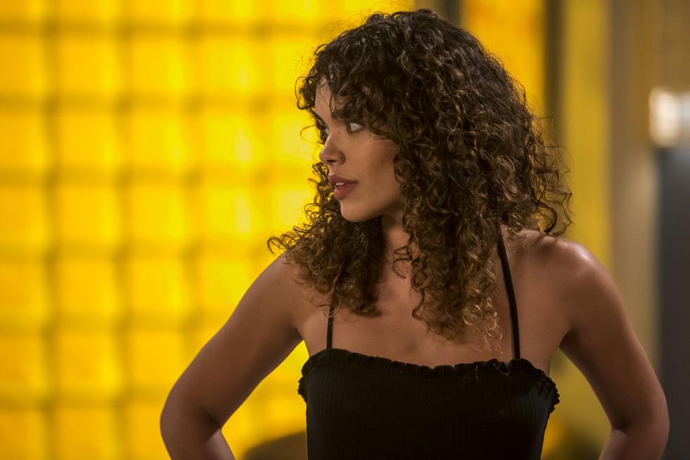 Moana (Giovanna Cordeiro) fica preocupada com João (Rafael Vitti) e o pede para vir até sua casa em Verão 90 — Foto: Artur Meninea/Gshow