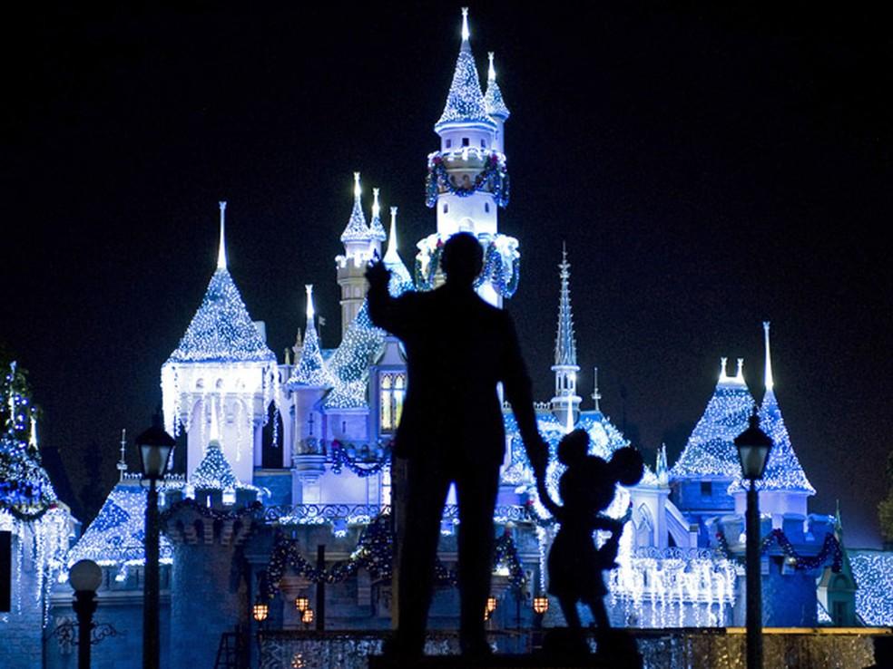 Foto de 2009 mostra Castelo da Bela Adormecida com estátua de Walt Disney e Mickey Mouse, na Disneylândia, Califórnia; surto de sarampo atingiu parque — Foto: AP Photo/The Orange County Register, H. Lorren Au Jr.
