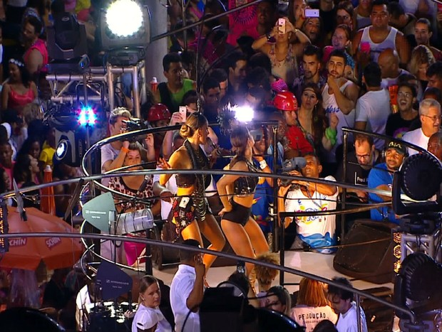 Claudia Leitte e Mari Antunes dançam 'Bang', no circuido Dodô (Foto: Reprodução TV Bahia)