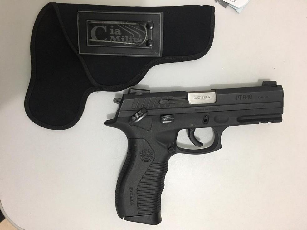 De acordo com Marcelo Silva Gomes, a arma que estava com ele pertencia a um policial militar não identificado. — Foto: Divulgação/Polícia Militar