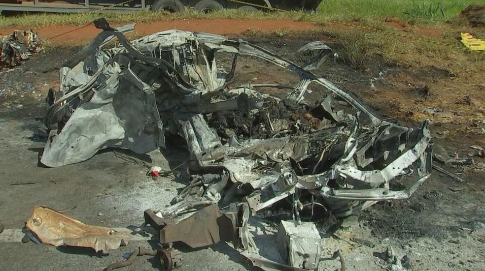 Carro ficou destruído após colisão com caminhão em Icém (SP) (Foto: Reprodução/TV TEM)