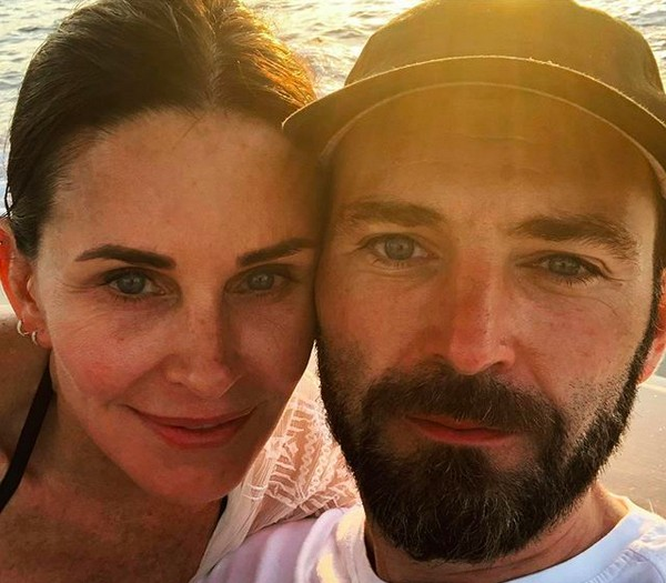 A atriz Courteney Cox com o músico Johnny McDaid (Foto: Instagram)