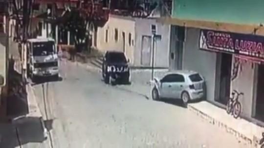 Motorista bate em carro parado e foge em Sertãozinho, PB; vídeo