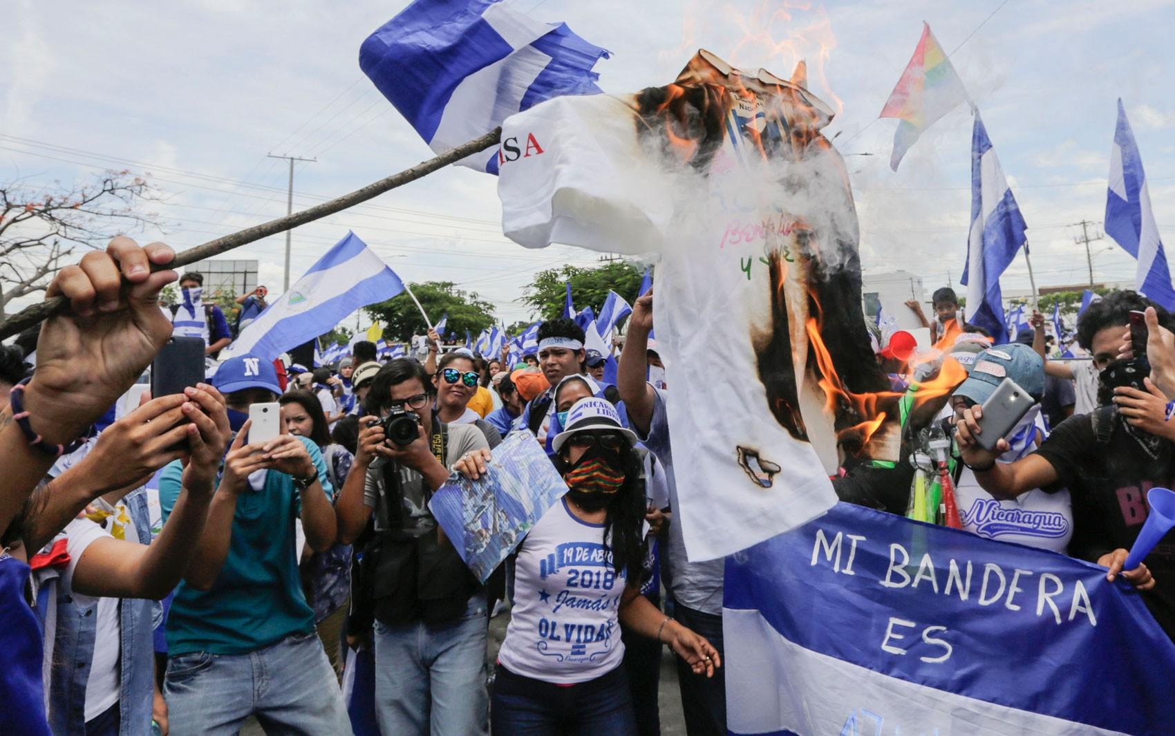 Nicarágua vive dia de violência com opositores detidos e repressão policial