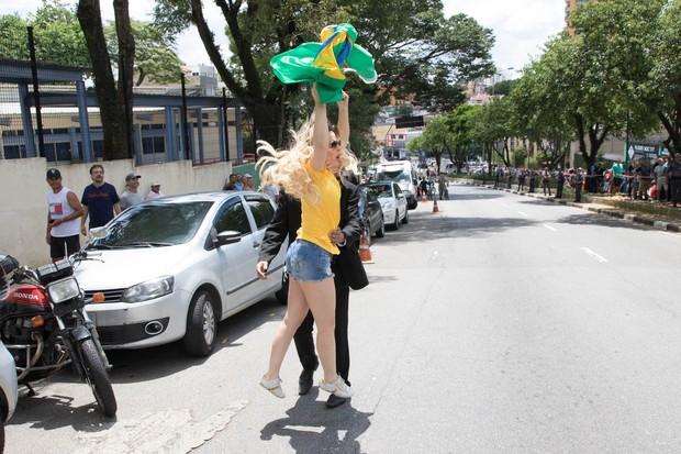 Ju Isen vai embora, mas grita contra militantes (Foto: Divulgação)