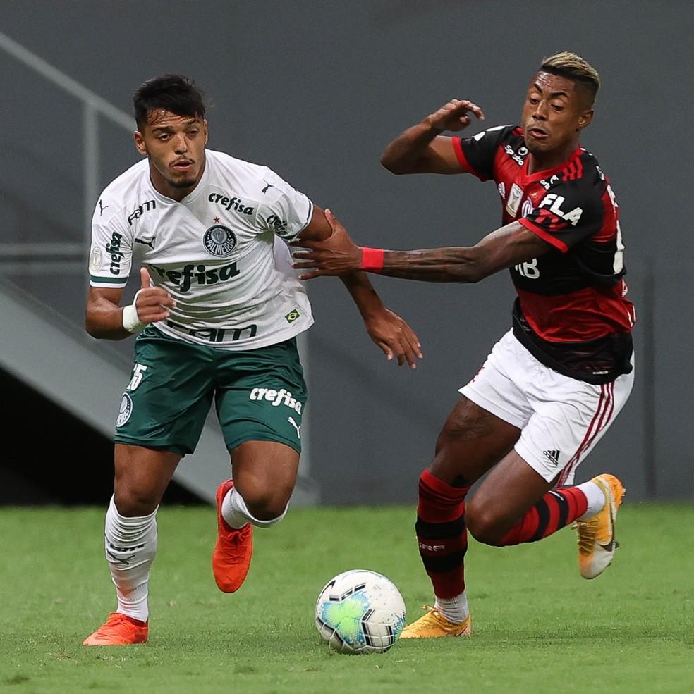 Gabriel Menino em disputa com Bruno Henrique em Palmeiras e Flamengo — Foto: Cesar Greco\Palmeiras
