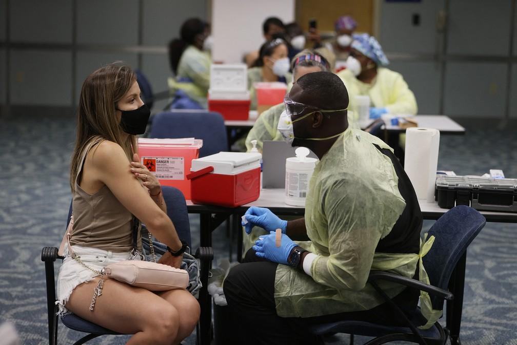 Viajante se vacina no aeroporto de Miami, em foto de maio de 2021 — Foto: AFP