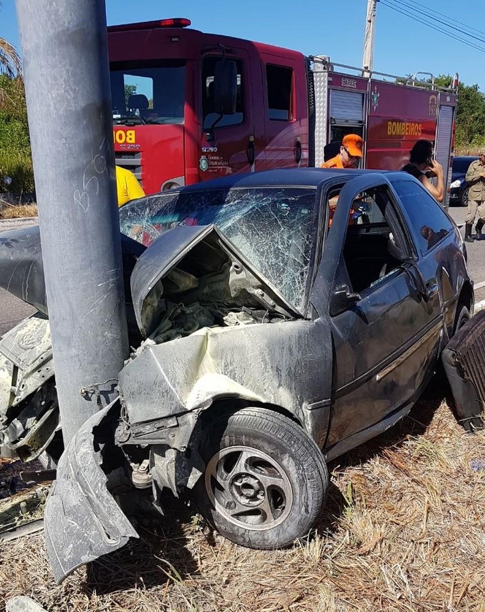 Sargento bateu com o carro em um poste na CE-040 (Foto: PRE-CE/Divulgação)
