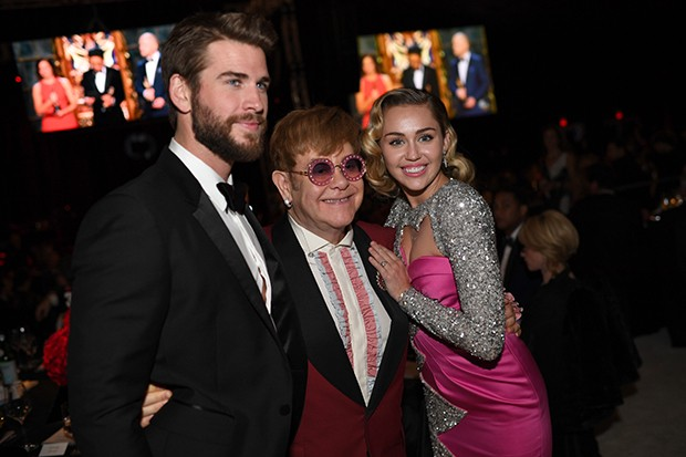 Liam Hemsworth, Elton John e Miley Cyrus (Foto: Getty Images)