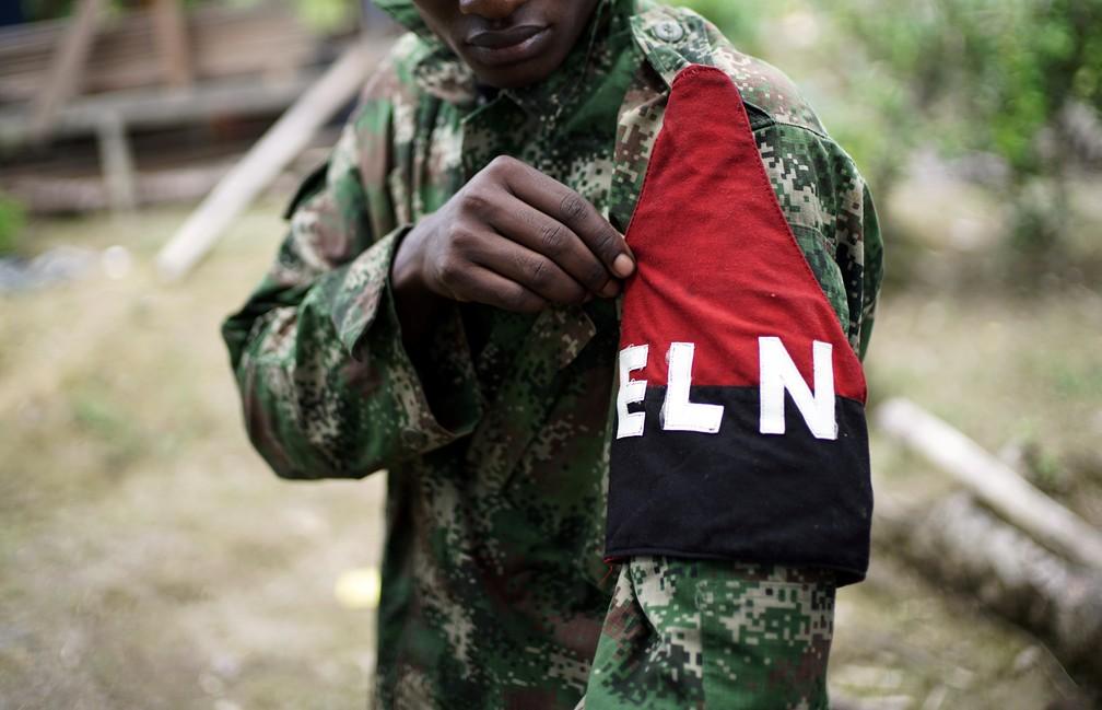 Rebelde do Exército de Libertação Nacional (ELN), a última guerrilha ativa da Colômbia, nas florestas do noroeste do país — Foto: Federico Rios/Reuters