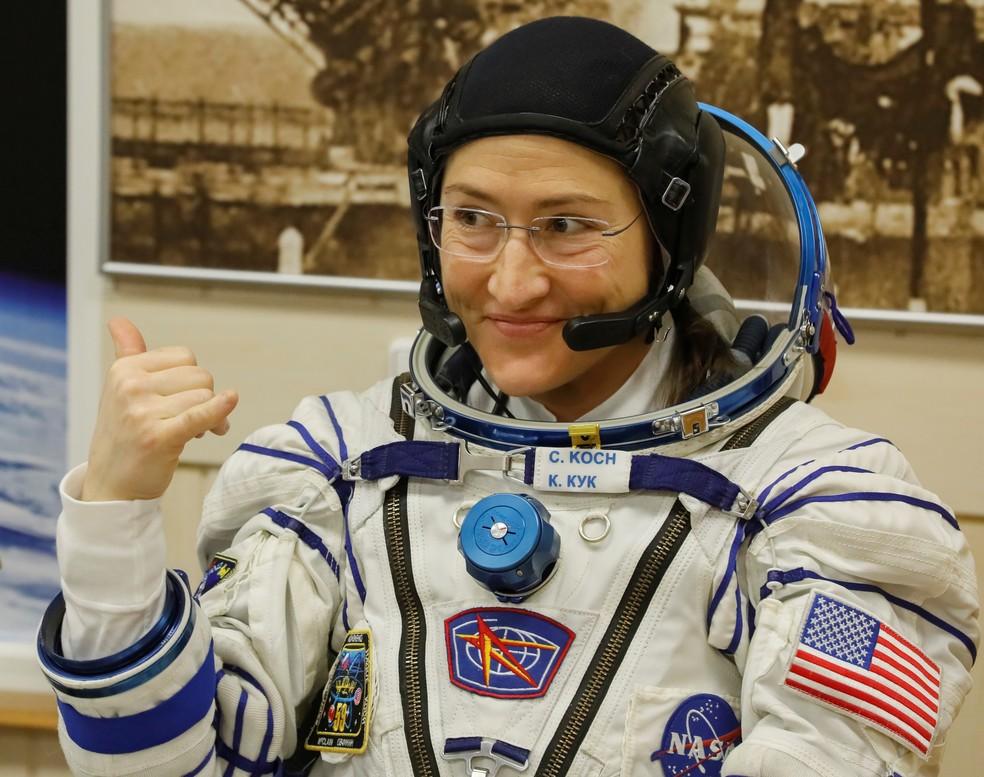 Christina Koch com traje espacial — Foto: REUTERS/Shamil Zhumatov
