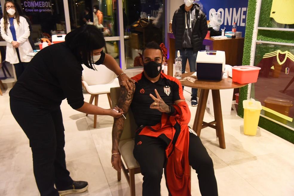Natanael, do Atlético-GO, é vacinado contra a Covid-19 — Foto: Conmebol