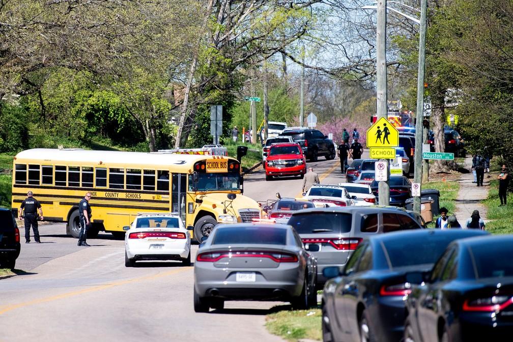 Polícia responde a incidente com relatos de vários baleados em escola do Tennessee em 12 de abril de 2021 — Foto: Brianna Paciorka/News Sentinel/USA Today Network via Reuters