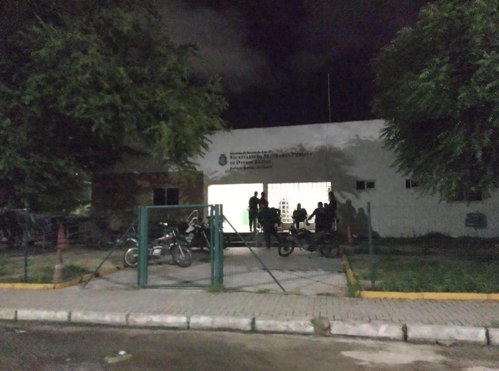 Cerca de 30 homens, encapuzados, chegaram afirmando que eram policiais e que queriam levar os carros da polícia.  — Foto: Rafaela Duarte/Sistema Verdes Mares