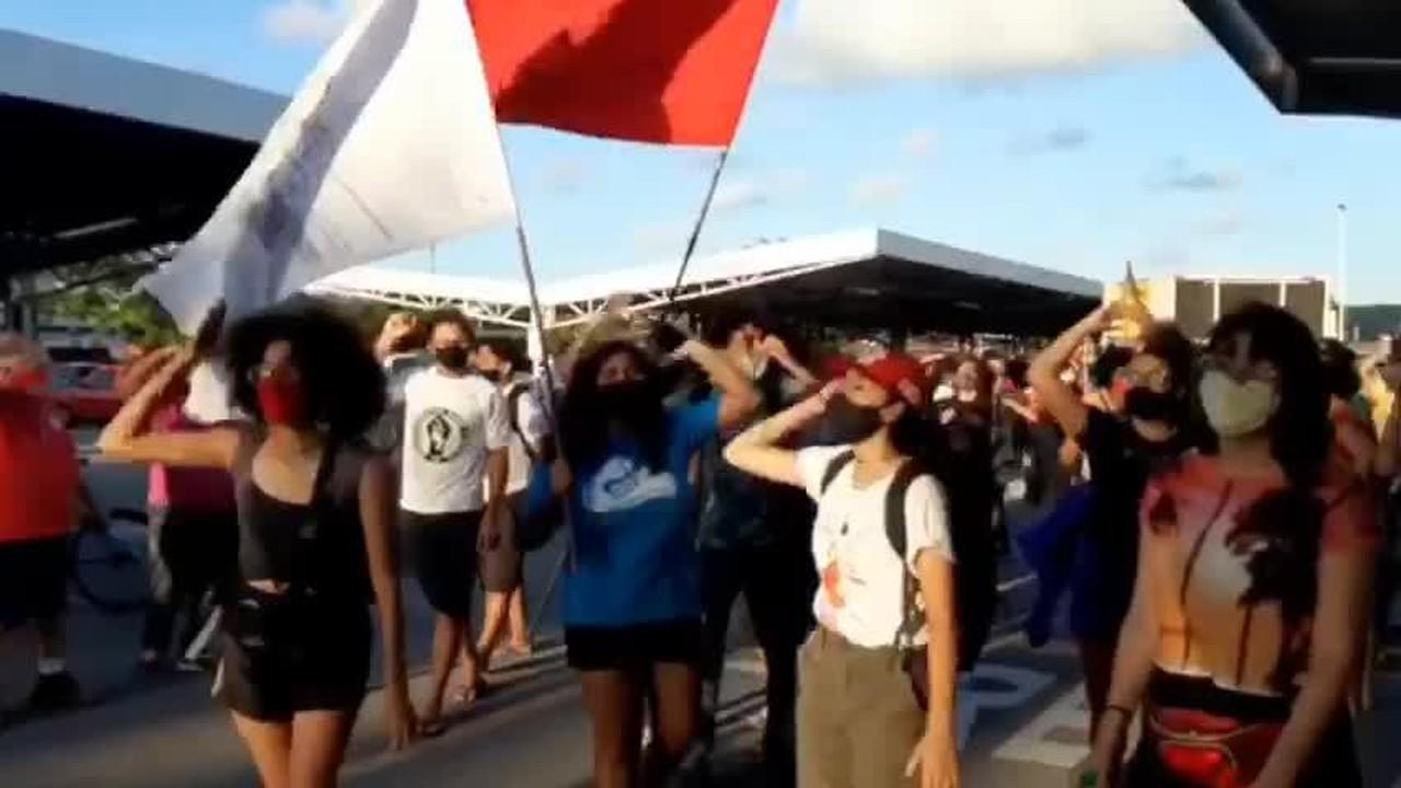 Grupo realiza protesto antirracista em unidade do Carrefour em Natal