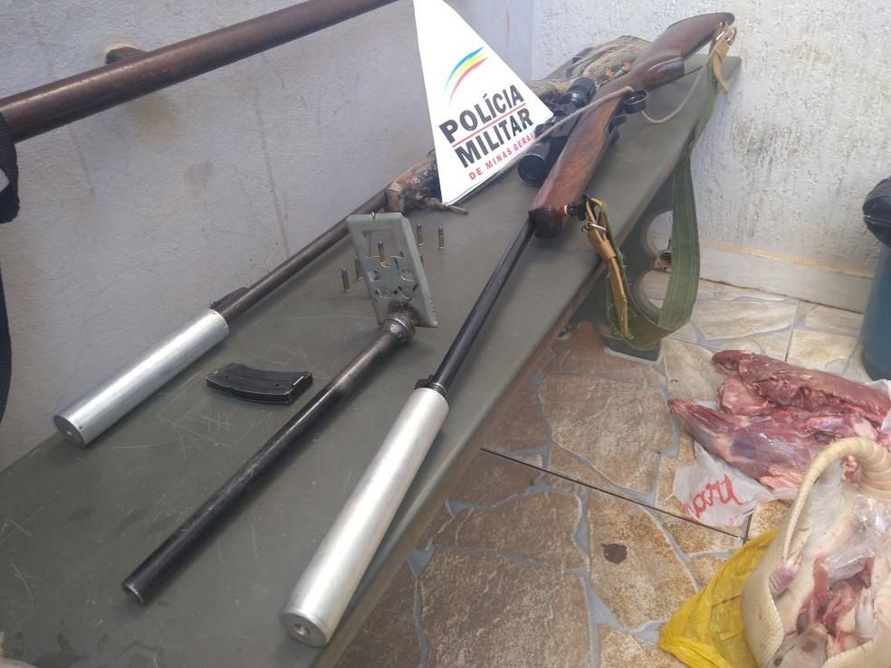 Autor detido não tinha registro das armas de fogo (Foto: Polícia Militar/Divulgação)