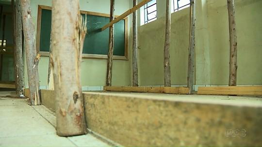 Sem previsão de reforma, colégio estadual de Rolândia funciona com parte da estrutura escorada por pedaços de madeira