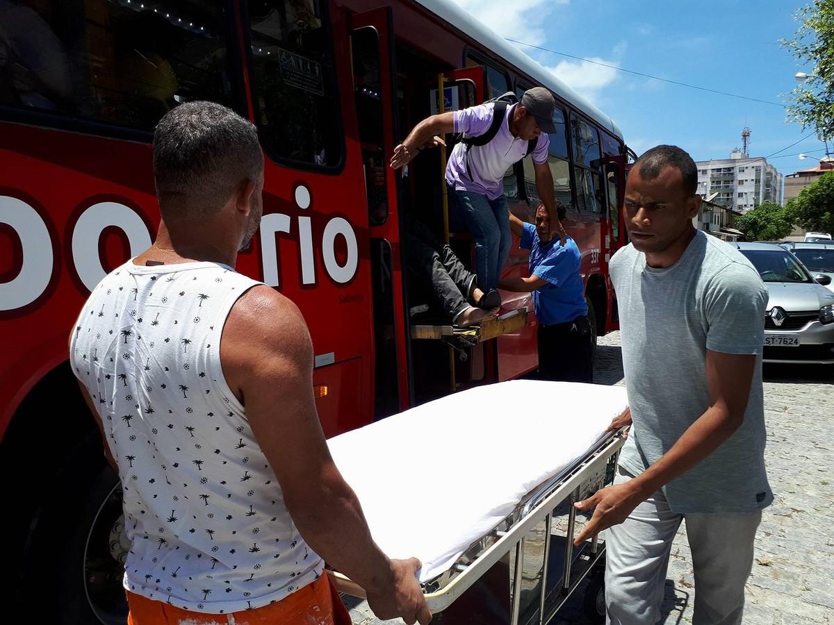 Passageiro passa mal dentro ônibus e é transportado por coletivo até hospital em Cabo Frio, RJ