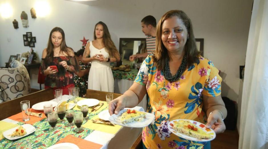 Flávia Pinto serve comida baiana e dosa tempero de acordo com o público (Foto: Estadão Conteúdo)