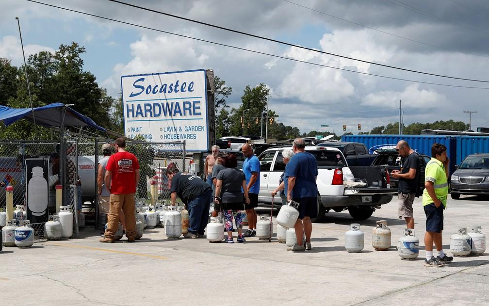 Pessoas fazem fila para comprar gás em loja em Myrtle Beach, na Carolina do Sul, antes da chegada do furacão Florence, na segunda-feira (10) (Foto: Reuters/Randall Hill)