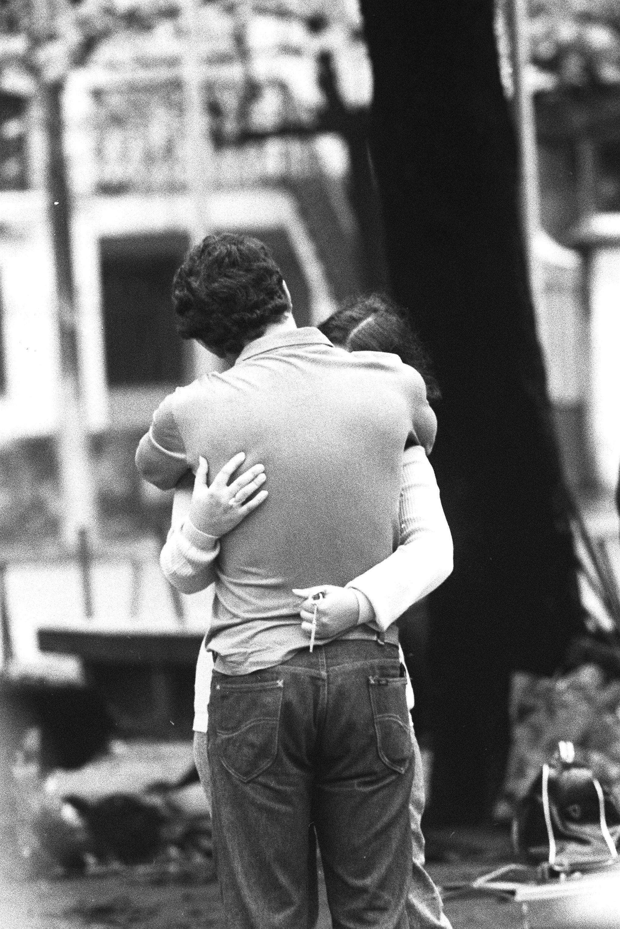 Casal se protege do frio com um abraço apertado, em junho de 1971
