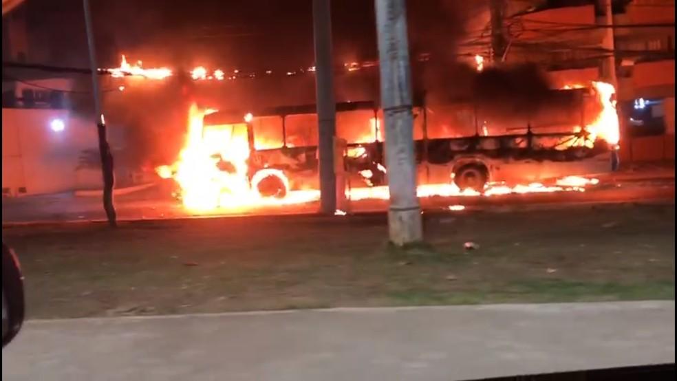 Ônibus é incendiado no bairro de Ondina, em Salvador — Foto: Aécio Brandão/Arquivo pessoal