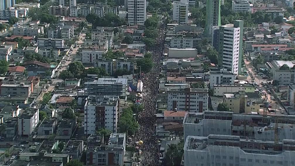 Imagem aérea mostra desfile do CDU Folia, no bairro da Várzea, na Zona Oeste do Recife, neste domingo (26) — Foto: Reprodução/TV Globo