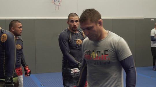 Preciso e técnico, Robert Whittaker treina para manter o cinturão do peso-médio do UFC