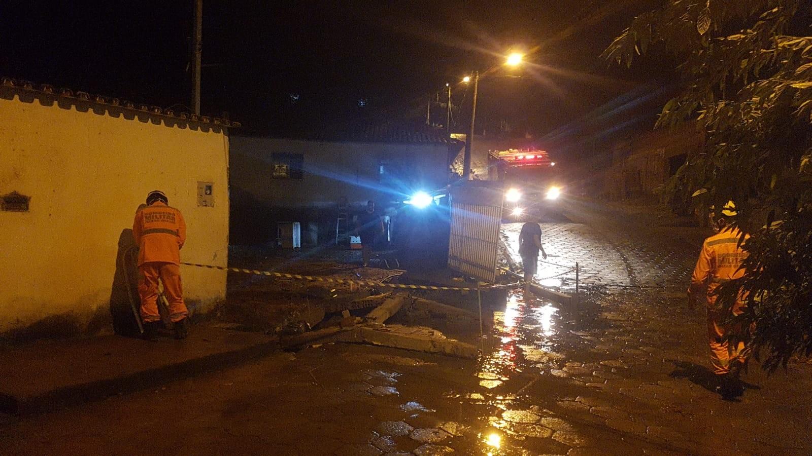 VÍDEOS: Chuva alaga ruas e invade casas em Salinas, no Norte de MG
