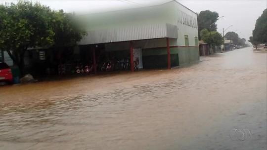Tempestade alaga ruas e deixa Talismã sem sinal de celular e internet